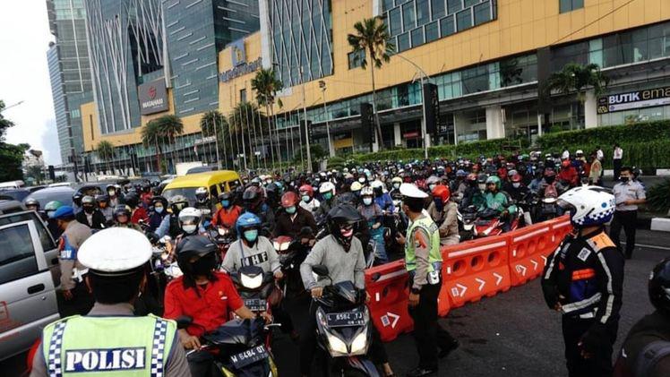 Macet Bunderan Waru, Hari Pertama PSBB Surabaya