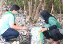Pakai Masker, Aksi Membersihkan Pesisir Tambak Wedi II Digelar