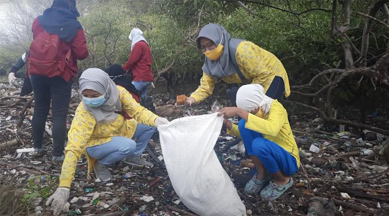 Bersih-Bersih Pesisir Kelima Kumpulkan Sampah Setengah Truk