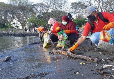 Sampah ¾ Truk Dikumpulkan pada Aksi Bersih Pantai Suramadu ke-38