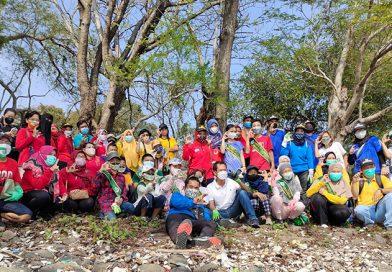 Ketua DPRD Surabaya Ikut Bersihkan Pantai di Benteng Kedung Cowek